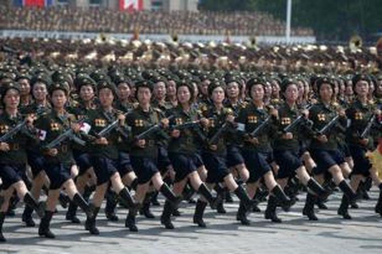 Tentara perempuan Korea Utara ikut ambil bagian dalam parade militer di Pyongyang memperingati 60 tahun gencatan senjata dengan Korea Selatan yang secara teknis mengakhiri Perang Korea pada 1953.