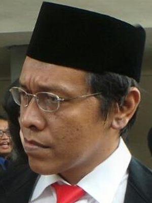 Anggota DPR terpilih Adian Napitupulu (tengah) melayani wawancara dengan wartawan jelang pelantikan anggota DPR RI di Gedung Parlemen, Jakarta, Rabu (1/10/2014).
