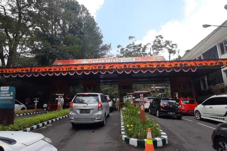 Keramaian kendaraan di akses keluar pintu masuk Taman Safari Indonesia (TSI) Puncak Bogor, Kecamatan Cisarua, Kabupaten Bogor, Jawa Barat, Minggu (16/8/2020).