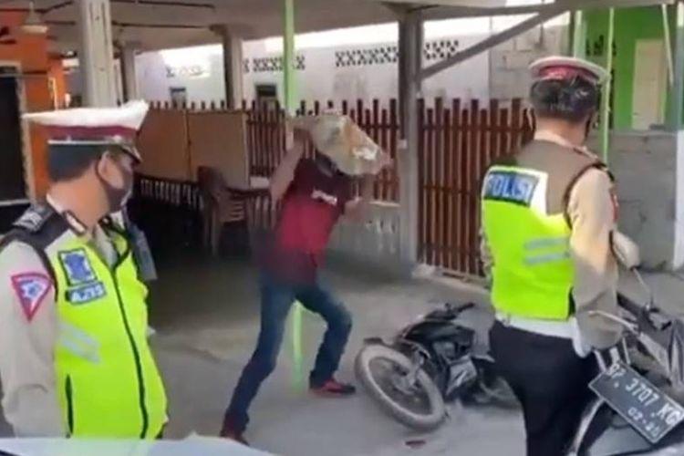 Tangkapan layar video viral dari seorang pengendara sepeda motor yang merusak motornya karena tidak terima saat ditilang di Karimun, Selasa (27/10/2020) pagi.