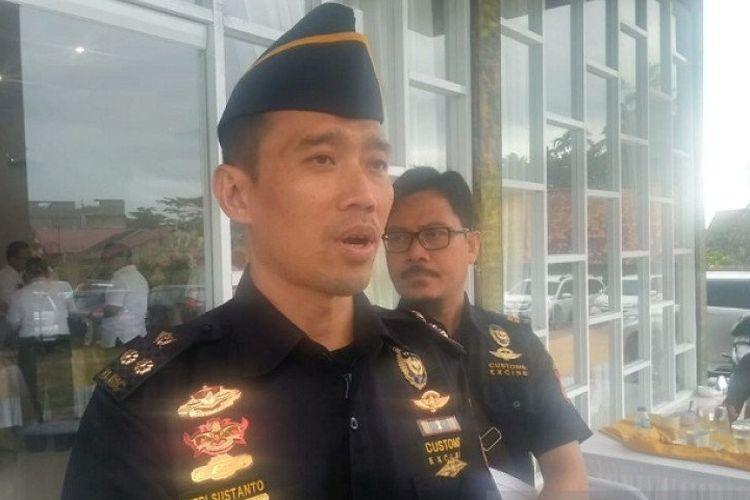 Kepala Tim Penindak Bea Cukai Jambi, Heri Susanto, saat memberikan keterangan kepada media beberapa waktu lalu.(ANTARA/Nanang Mairiadi)