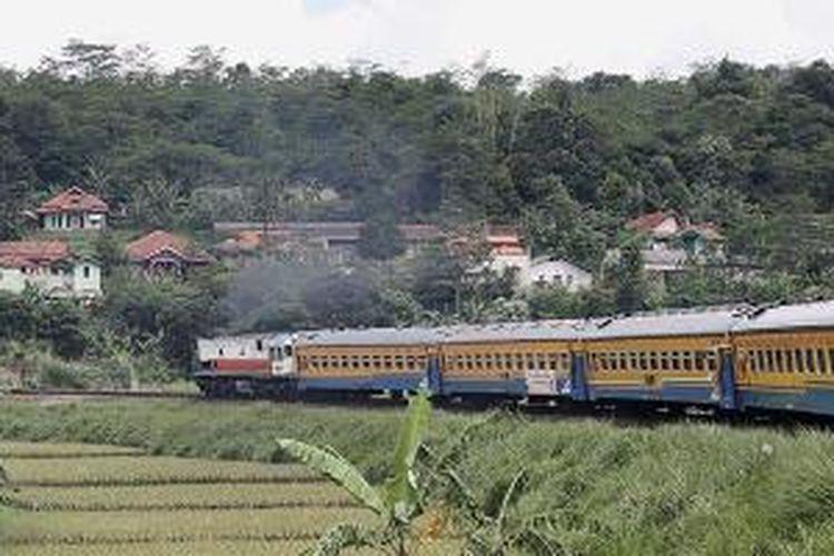 Tikungan busur di Padalarang, Jawa Barat, dilihat dari gerbong kereta Serayu jurusan Jakarta Kota-Purwokerto, Senin (28/4/2014).