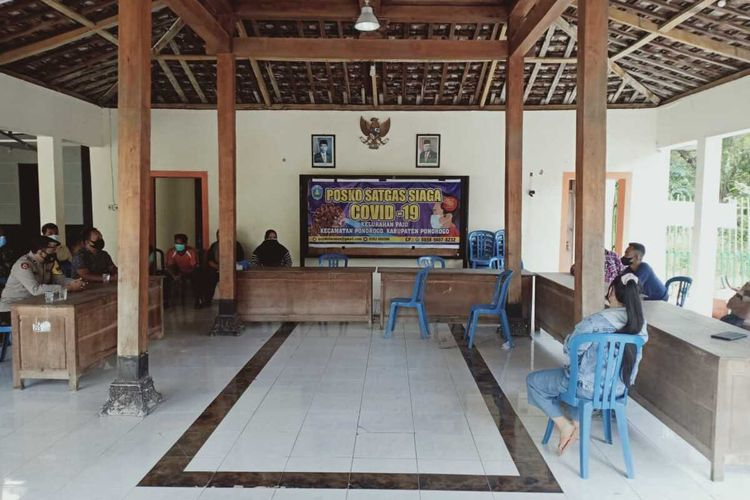 DIEDUKASI- Aparat Polsek Kota Ponorogo mengedukasi LEW (26), seorang tenaga kerja wanita asal Kelurahan Paju, Kecamatan Ponorogo, Kabupaten Ponorogo, Jawa Timur yang menolak dirujuk ke shelter setelah dinyatakan positif covid-19