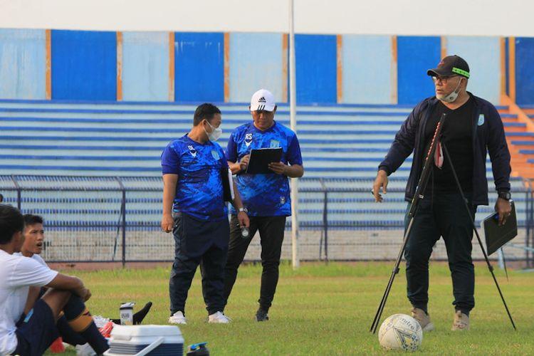 Iwan Setiawan (kanan) mulai memimpin latihan skuad Persela Lamongan jelang bergulirnya kompetisi Liga 1 musim ini.