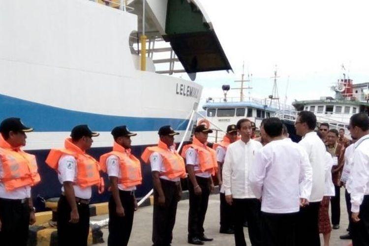 Presiden RI Joko Widodo meninjau Pelabuhan Ambon, Maluku, Kamis (9/2/2017).
