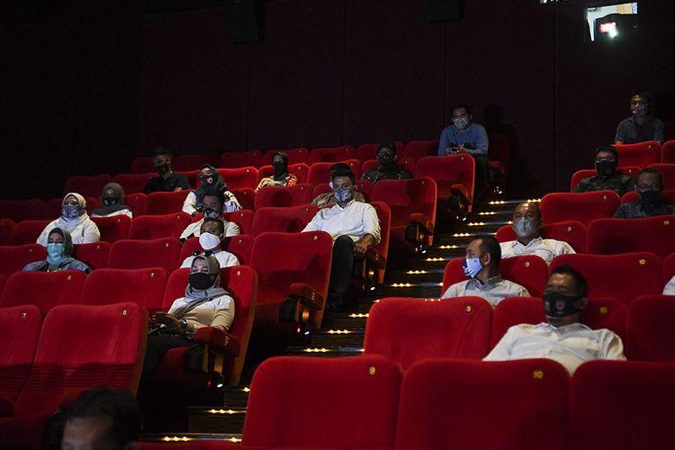 Penonton Bioskop XXI duduk berjaga jarak saat pemeriksaan kesiapan bioskop beroperasi kembali di Pusat Grosir Cililitan, Jakarta, Sabtu (29/8/2020). Pemprov DKI Jakarta akan membuka bioskop di Jakarta untuk beroperasi kembali dengan protokol kesehatan yang ketat.