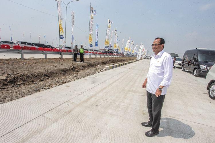 Menteri Perhubungan Budi Karya Sumadi meninjau kondisi H-5 lebaran jalur mudik tol fungsional GT Kertasari di Tegal, Jawa Tengah, Minggu (10/6). Peninjauan tersebut dilakukan guna memastikan situasi di sepanjang jalur mudik Tol Trans Jawa berjalan lancar.