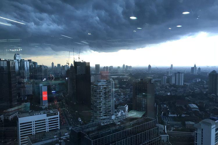 Unggahan foto kondisi awan dasar cumulonimbus di langit Jakarta pada Senin (23/12/2019)