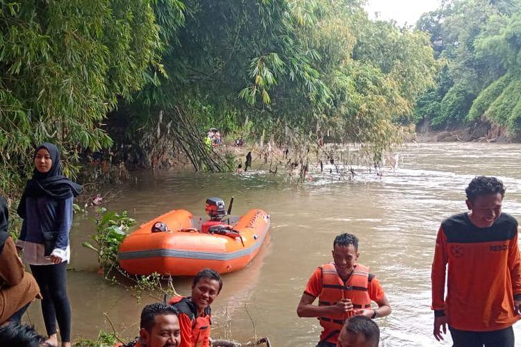 Proses pencarian pelajar SD yang hangut di sungai bedadung Jember. Sampai sekarang masih belum ditemukan