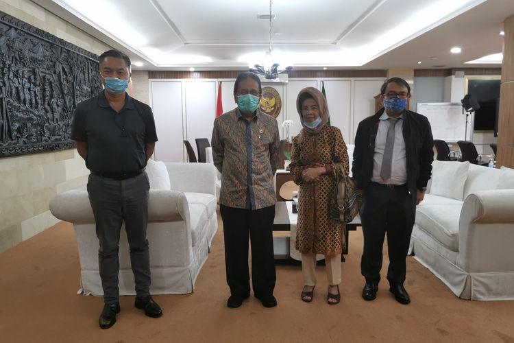 Mantan Wakil Menteri Luar Negeri Dino Patti Djalal bersama ibunya saat bertemu dengan Menteri Agraria dan Tata Ruang/Kepala Badan Pertanahan Nasional (ATR/BPN) Sofyan A Djalil untuk menyampaikan masalah sindikat tanah.