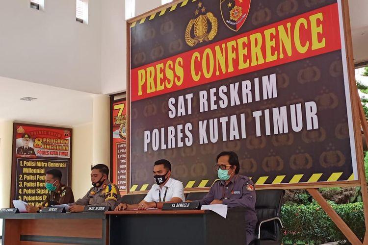 Kapolres Kutai Timur AKBP Indras Budi Purnomo (kedua kiri) didampingi Kasat Reskrim AKP Abdul Rauf (kedua kanan) saat memberi keterangan pers di Mapolres Kutai Timur, Kaltim, Senin (3/8/2020).
