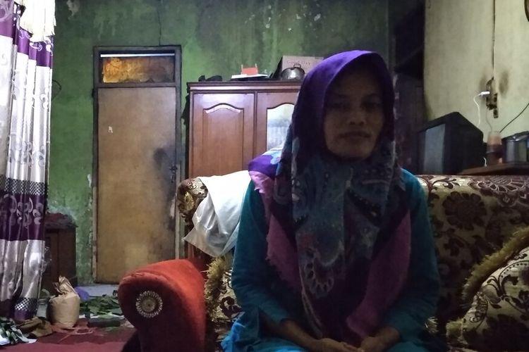 Ibu korban Delis Sulistina (13), siswi SMPN 6 Tasikmalaya yang tewas di drainase sekolahnya saat dimintai keterangan wartawan di rumahnya, Rabu (26/2/2020).