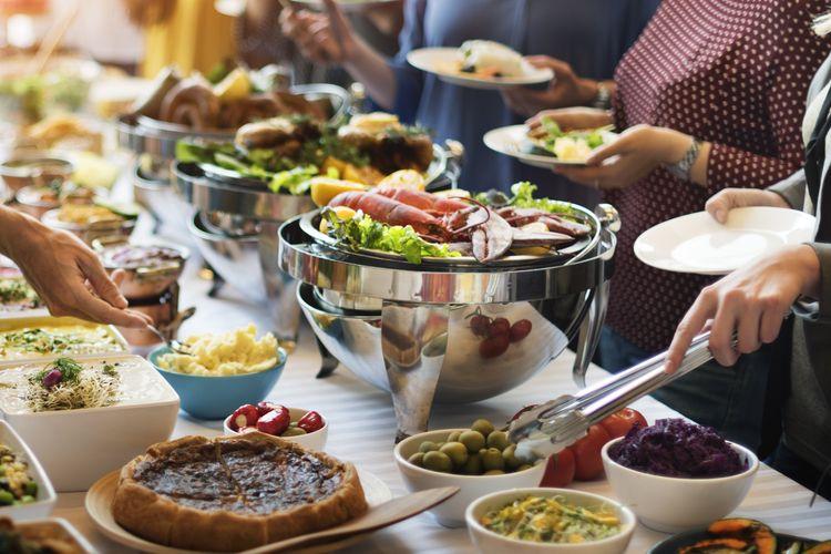 Ilustrasi makan di restoran prasmanan.