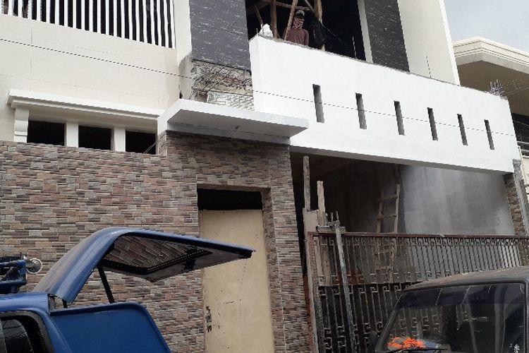 Sebuah rumah empat lantai di Jalan Kavling Polri Blok A6 No 158, RT 04 RW 09, Jelambar, Grogol Petamburan, Jakarta Barat dibongkar karena melanggar izin mendirikan bangunan (IMB) pada Kamis (20/9/2018).
