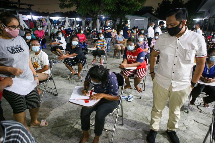 Petugas Badan Perlindungan Pekerja Migran Indonesia (BP2MI) mendata sejumlah Pekerja Migran Indonesia (PMI) saat sidak di rumah penampungan di Neglasari, Kota Tangerang, Banten, Kamis (19/11/2020). Sidak tersebut guna memastikan protokol kesehatan COVID-19 di tempat tersebut pasca ditemukannya 27 PMI yang terpapar COVID-19 di Taiwan. ANTARA FOTO/Fauzan/NZ