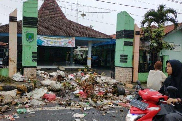 Kantor Kecamatan Tutur, Kabupaten Pasurua, Jawa Timur, mendadak berubah menjadi Tempat Pembuangan Akhir (TPA) sampah, Jumat (3/4/2020).