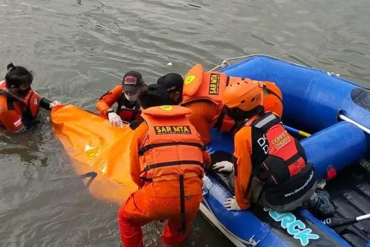 Tim SAR gabungan mengevakuasi jenazah remaja yang tewas tenggelam di Kali Ciliwung, Kelurahan Kebon Baru, Jakarta Selatan, Minggu (20/9/2020).