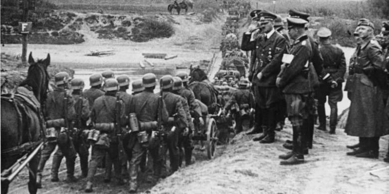 El dictador alemán Adolf Hitler inspecciona a sus tropas durante la Blitzkrieg o Blitzkrieg en Polonia en septiembre de 1939.