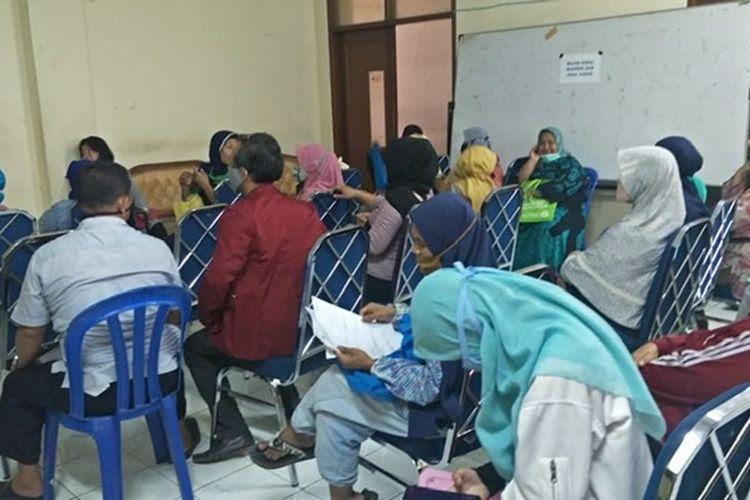 Warga sesaki kantor  Dinas Kota Bekasi, Jalan Lapangan Tengah, Bekasi Timur, Kamis (2/7/2020).