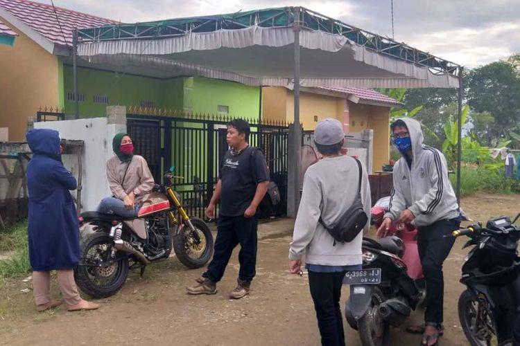 Tempat lokasi kejadian pembunuhan yang menimpa Rio Pambudi Wicaksono (25) masih dipenuhi oleh rekan tetangga korban di  komplek Perumahan Griya Macan Lindungan Kelurahan Bukti Baru, Kecamatan Ilir Barat 1 Palembang, Sumatera Selatan, Senin (20/7/2020). Rio diketahui tewas setelah dianiaya oleh empat orang tetangganya.