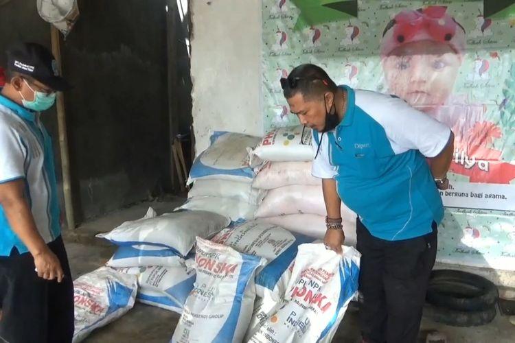 Petugas dari Komisi Pengawasan Pupuk dan Pestisida Tulungagung, melihat pupuk diduga palsu di desa Ngrejo kecamatan Tanggunggunung Tulungagung Jawa Timur, Jumat (06/11/2020).