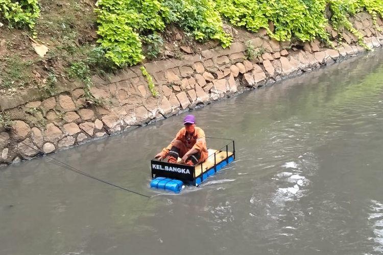 Petugas Penanganan Prasarana dan Sarana Umum (PPSU) Kelurahan Bangka, Mampang Prapatan, Jakarta Selatan menciptakan sebuah inovasi perahu rakitan dari barang bekas.