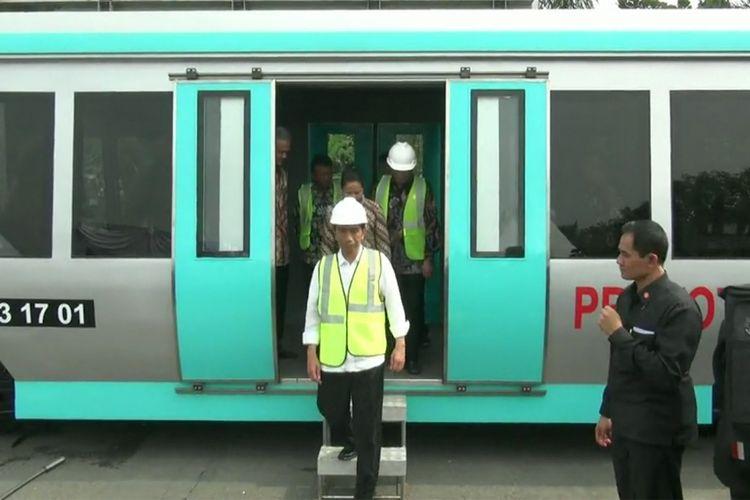 Presiden Joko Widodo saat meresmikan proyek kereta api bandara Adisumarmo, Boyolal, Sabtu (8/4/2017)