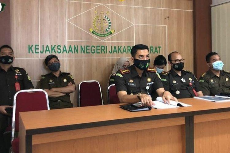 Kejaksaan Negeri Jakarta Barat menetapkan dua orang, yakni inisial W dan MF, sebagai tersangka  penyalahggunaan dana Bantuan Operasional Sekolah (BOS) dan Biaya Operasional Penyelenggaraan (BOP) tahun ajaran 2018 di SMKN 53 Jakarta Barat.
