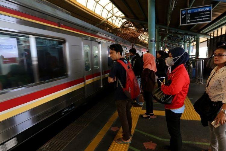 Sejumlah penumpang kereta listrik (KRL) Jabodetabek menunggu di garis batas antrean berwarna hijau di Stasiun Juanda, Jakarta Pusat, Rabu (9/8/2017). Garis batas antrean ini dibuat agar arus keluar masuk penumpang lebih teratur dan diharapkan dapat menghindari aksi saling mendorong sesama penumpang KRL.