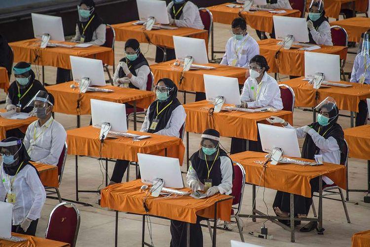 Peserta mengikuti ujian Seleksi Kompetensi Bidang (SKB) Calon Pegawai Negeri Sipil (CPNS) di Surabaya, Selasa (22/9/2020). Badan Kepegawaian Daerah (BKD) Kota Surabaya menggelar ujian SKB yang diikuti 1.142 peserta CPNS dengan menerapkan protokol kesehatan pencegahan Covid-19 secara ketat.