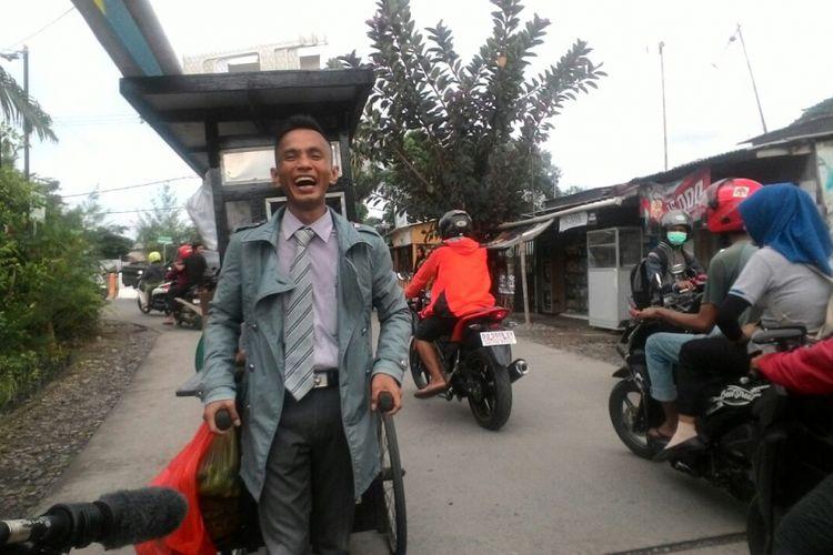 Rinto, tukang bakso di Makassar, Sulawesi Selatan, yang keliling mendorong gerobaknya menjajakan bakso dengan berpakaian ala direktur atau pegawai kantoran.