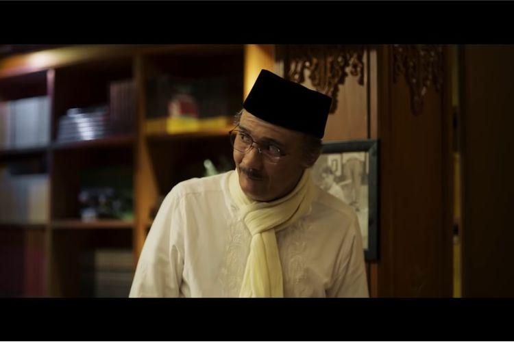Reza Rahadian saat memerankan mendiang BJ Habibie dalam film Habibie & Ainun 3.