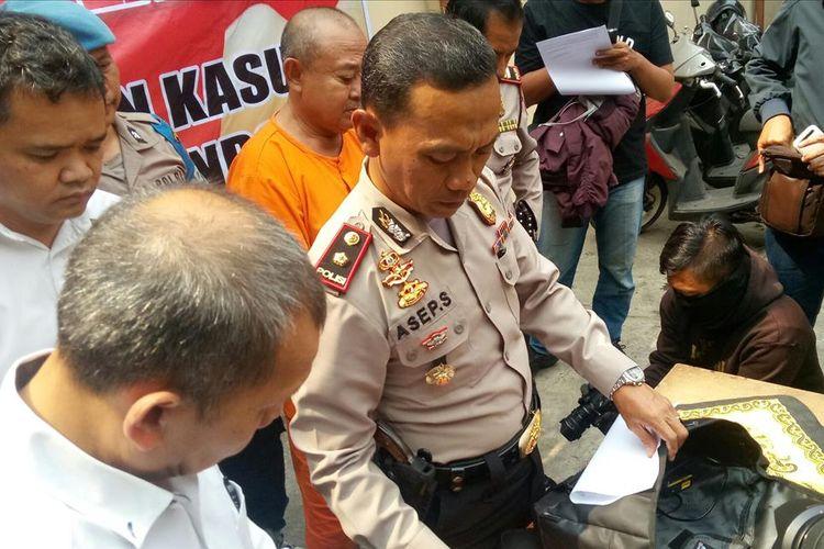 Kapolsek Kiaracondong, Kompol Asep Saepudin memperlihatkan barang bukti yang dicuri kakek bercucu dua di Bandung.