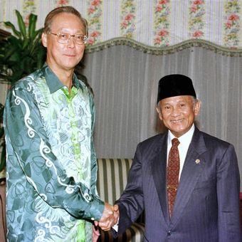 Presiden ke-3 Republik Indonesia BJ Habibie ketika bertemu dengan Perdana Menteri ke-2 Singapura Goh Chok Tong pada bulan November 1998
