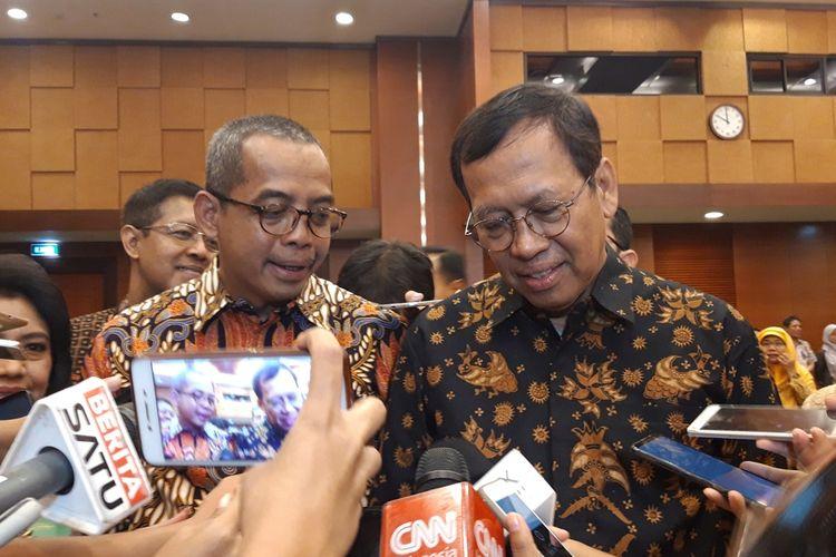 Direktur Jenderal (Dirjen) Pajak baru Suryo Utomo (kiri) dan eks Dirjen Pajak Robert Pakpahan di Jakarta, Jumat (1/11/2019).