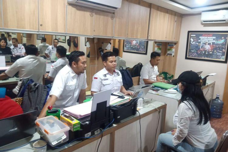 FLO saat diperiksa oleh penyidik di Polres Metro Jakarta Barat, Kamis (13/2/2020)