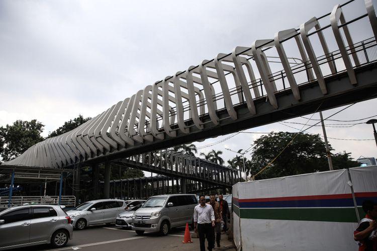 Revitalisasi jembatan penyeberangan orang Gelora Bung Karno di Jalan Sudirman, Jakarta, Kamis (10/1/2019). Desain ketiga JPO itu akan berbeda dengan JPO lainnya. Ketiga JPO tersebut akan dipasangi kamera closed circuit television (CCTV), akan dipasangi lift serta dilengkapi tata pencahayaan warna-warni. Revitalisasi JPO ini ditargetkan selesai pada Januari 2019.