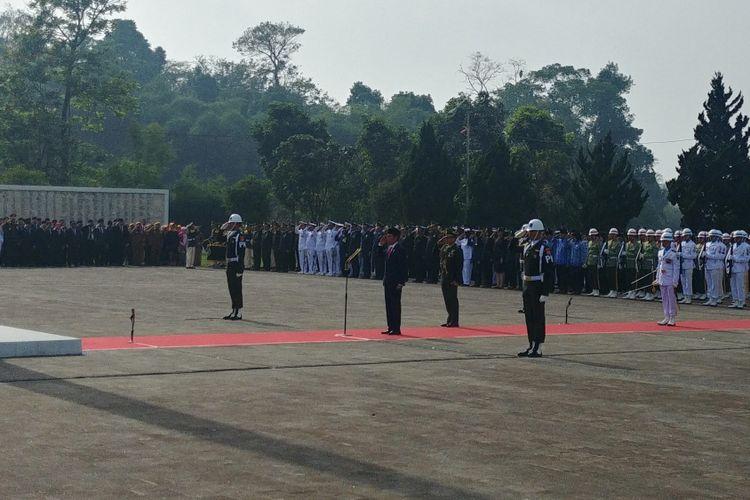 Presiden Joko Widodo memimpin upacara peringatan Hari Pahlawan Nasional 2017 di Taman Makam Pahlawan (TMP) Cikutra, Bandung, Sabtu (10/11/2018) pagi.