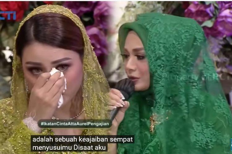 Penyanyi Aurel Hermansyah dan ibu kandungnya, Krisdayanti dalam acara pengajian jelang pernikahan Aurel dan Atta Halilintar, Sabtu (20/3/2021).