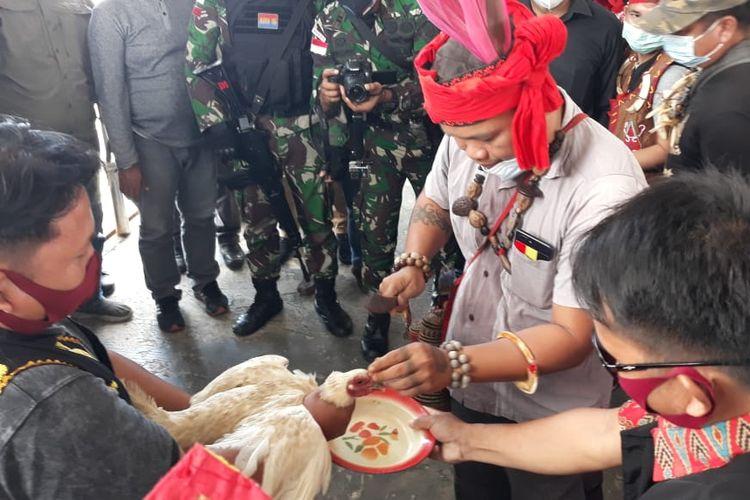 Ritual Keduan Nu Alingu dalam penjemputan 8 WNI di pelabuhan Liem Hie Djung Nunukan, sebuah prosesi dayak Agabag untuk tolak bala, afau therapi psikologi bagi warga adat yang mengalami musibah atau kejadian tak mengenakkan
