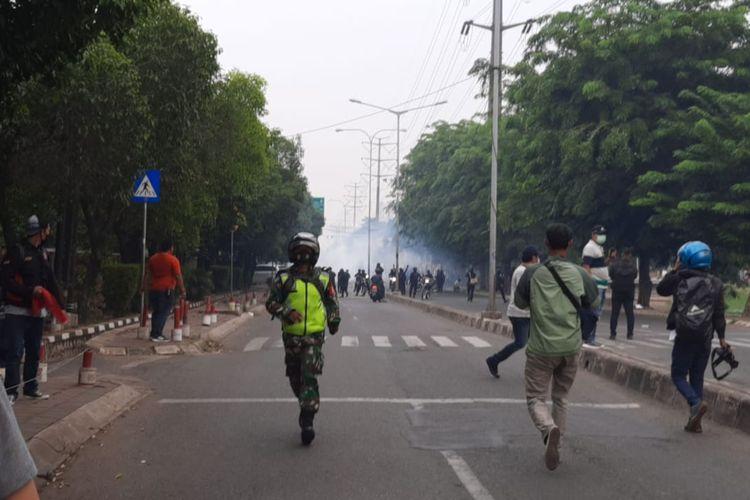 Kondisi ricuh di  kawasan Unisma, Jalan Chairil Anwar, Bekasi, Kamis (7/10/2020).