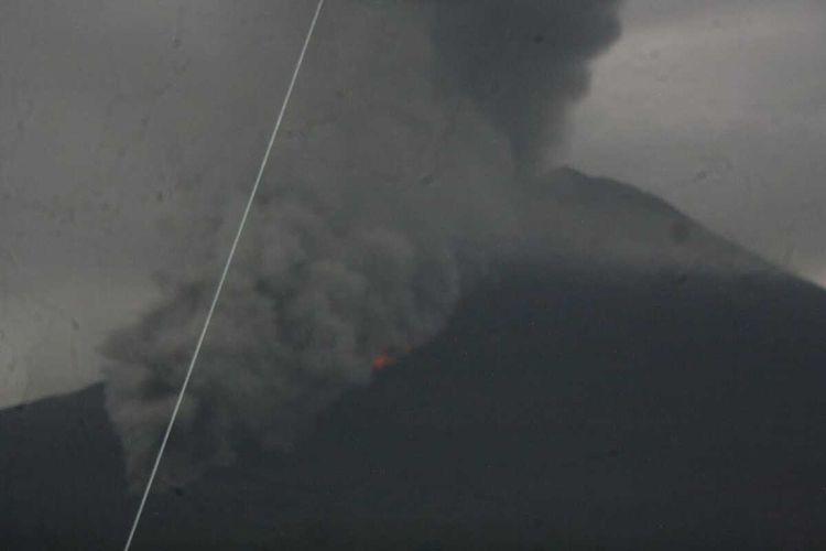 Kondisi Gunung Semeru saat mengeluarkan awan panas letusan, Selasa (1/12/2020).