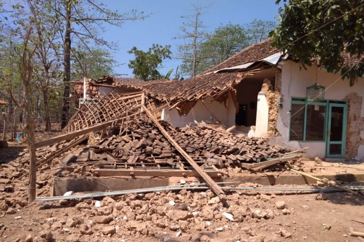 Salah satu rumah milik warga di Desa Gayam, Kecamatan Gayam, Sumenep, yang ambruk setelah terjadi gempa pada Kamis (11/10/2018) dini hari.