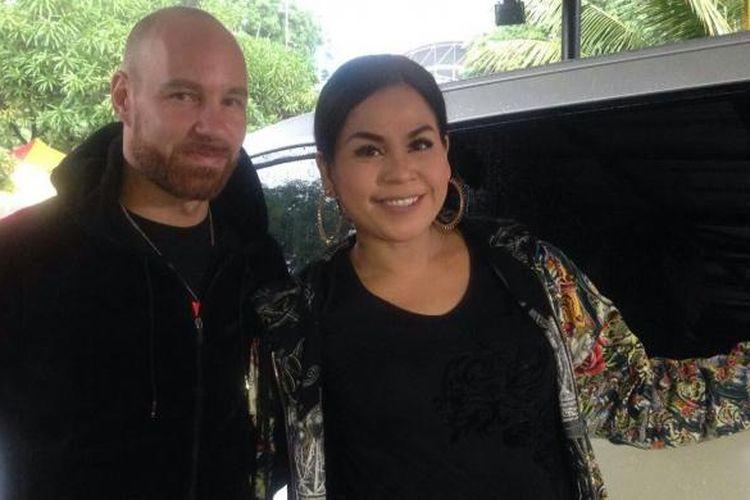 Melaney Ricardo (kanan) dan suaminya, Tyson Lynch, datang ke Kantor Polsek Kelapa Gading, Jakarta Utara, Kamis (25/2/2016) pagi untuk menjenguk Saipul Jamil.