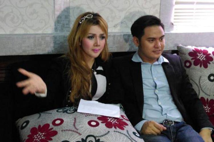 Pesinetron Galih Ginanjar dan sang kekasih Kumalasari saat menggelar jumpa pers di kawasan Gondangdia, Jakarta Pusat, Kamis (12/5/2016).
