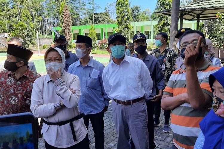 Menteri Sosial Tri Rismaharini saat meninjau kerusakan akibat gempa di MAN 2 Malang yang ada di Kecamatan Turen, Kabupaten Malang, Minggu (11/4/2021).
