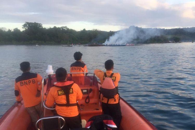 Tim Basarnas Kendari melakukan pencarian terhadap 4 orang penumpang KM Izhar yang terbakar di sekitar perairan antara pulau Bokori dan Tapulaga, Konawe. Foto dok Basarnas Kendari