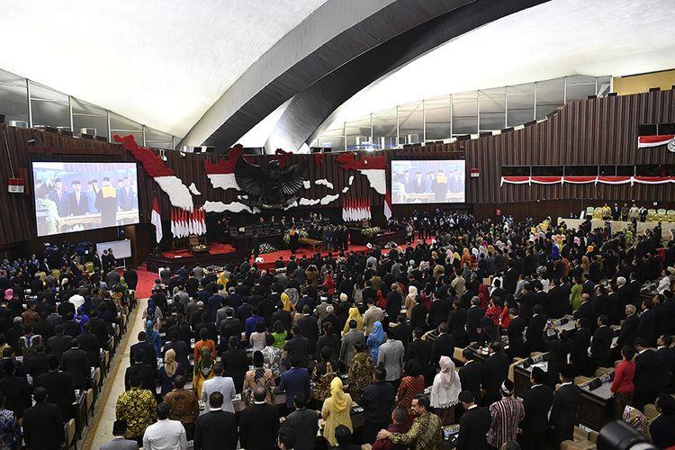 Suasana pelantikan Pimpinan MPR periode 2019-2024 di ruang rapat Paripurna MPR, Kompleks Parlemen, Senayan, Jakarta, Kamis (3/10/2019). Sidang Paripurna tersebut menetapkan Bambang Soesatyo sebagai Ketua MPR periode 2019-2024 dengan Wakil Ketua, Ahmad Basarah dari Fraksi PDI Perjuangan, Ahmad Muzani dari Fraksi Partai Gerindra, Lestari Moerdijat dari Fraksi Partai Nasdem, Jazilul Fawaid dari Fraksi Partai Kebangkitan Bangsa, Syarief Hasan dari Fraksi Partai Demokrat, Zulkifli Hasan dari Fraksi Partai Amanat Nasional, Hidayat Nur Wahid dari Fraksi Partai Keadilan Sejahtera, Arsul Sani dari Fraksi Partai Persatuan Pembangunan dan Fadel Muhammad dari Kelompok DPD di MPR.