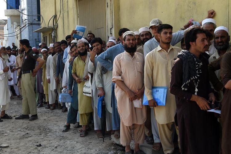 Para pengungsi Afghanistan mengantre di pusat registrasi di Peshawar untuk mengurus perpanjangan izin tinggal mereka di Pakistan.