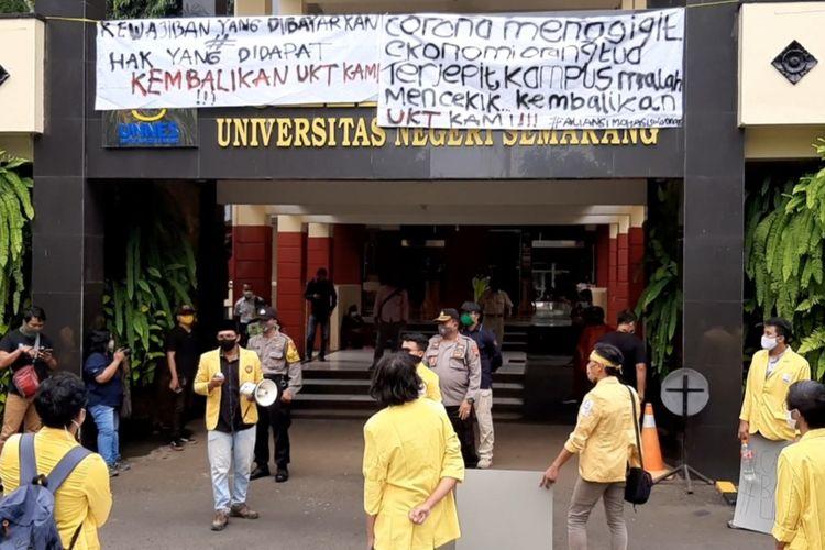 Aksi unjuk rasa mahasiswa Unnes di depan Gedung Rektorat Unnes, Selasa (2/6/2020).